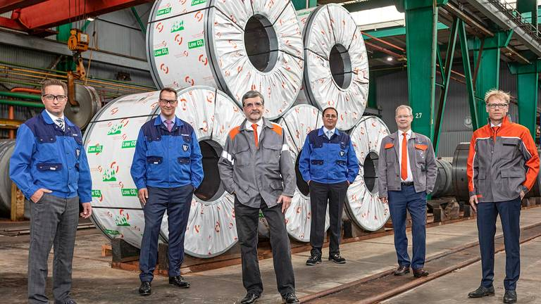 Los empleados de Waelzholz reciben la entrega de bobinas laminadas en caliente con bajo contenido de Co2 de Salzgitter AG.